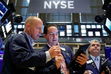 ニューヨーク証券取引所のトレーダーたち=2日(ロイター=共同)