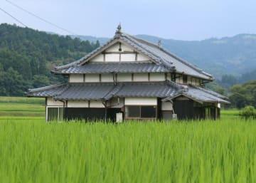 田んぼに囲まれた一軒家の「月亭」=杵築市大田俣水