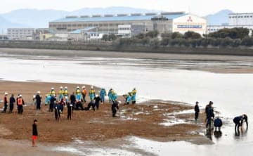 勝冶さんの骨が見つかった沼田川河口を捜索する捜査員(4月21日午後6時21分、三原市円一町1丁目)
