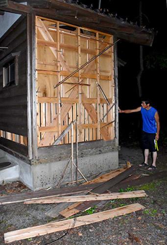 外壁がはがれた木造の公衆トイレ=2日午後6時51分、鶴岡市熊出