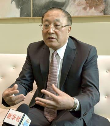 2日、ニューヨークの国連本部で一部メディアと会見する中国の張軍・新国連大使(共同)