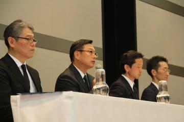 会見する(左から)田口広人氏(セブン&アイ・ネットメディア社長)、後藤克弘氏(セブン&アイHD代表取締役副社長)、清水健氏(セブン&アイHD執行役員、セキュリティ対策プロジェクトリーダー)、奥田裕康氏(セブン・ペイ取締役、営業部長)