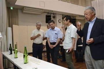 白神酵母を活用した純米酒やシードルを試飲する参加者ら