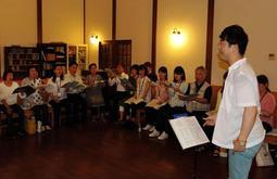 結成記念演奏会に向け、指導に熱が入る小玉晃さん(右手前)=神戸市灘区