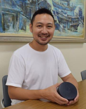 デザインした東京五輪・パラリンピックのメダルケースを手にする吉田さん