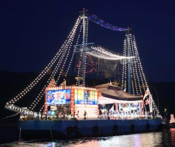 きらびやかな電飾をまとい大船渡湾を巡航した海上七夕船団