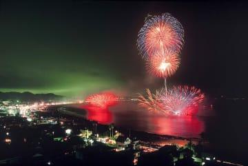 三浦海岸納涼まつり花火大会の過去の開催の様子(三浦市提供)