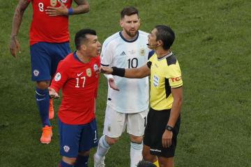 南米選手権3位決定戦で退場処分を受け、審判に抗議するアルゼンチンのメッシ=7月6日、サンパウロ(AP=共同)
