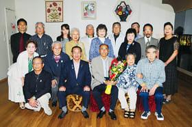 笑顔で創立35周年の記念写真に納まる室蘭ナツメロ好友会員