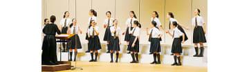 歌詞の意味を考えた振り付けで合唱する登別明日中等教育学校の生徒たち