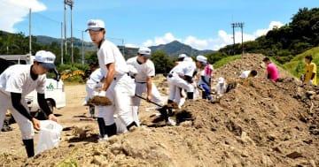 練習前に土のう作りに励む吉田高校の野球部員とサッカー部員
