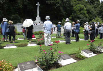 第2次大戦中に日本軍の捕虜となり死亡した英軍兵士らを追悼する集会に参列した人たち=3日午後、横浜市