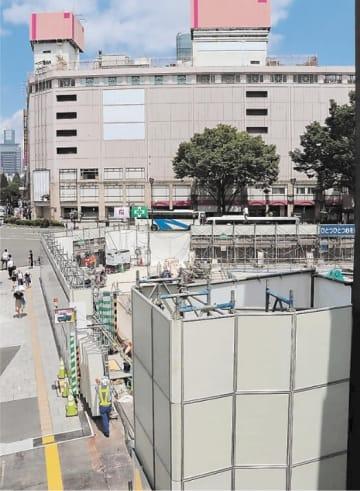 解体が進んだGSビル跡地(手前)と青葉通を挟んで向かい合う旧さくら野百貨店仙台店