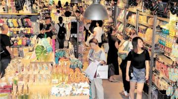 レトロな雰囲気の雑貨が並び、大勢の買い物客でにぎわう店内