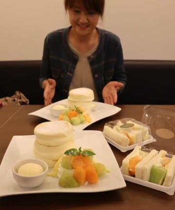 草津産メロンを使ったパンケーキ(左)とサンドイッチ=草津市西大路町