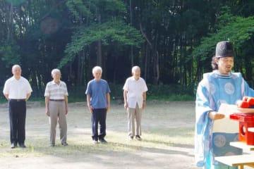慰霊祭で宮津空襲の犠牲者の冥福と平和を祈る体験者ら(宮津市万年)