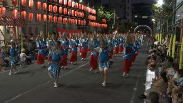 そろいの衣装を身に着け踊る踊り子たち