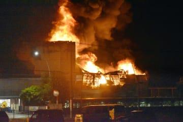 時折爆発音が鳴り、黒煙を上げながら燃える化学メーカーDICの工場=3日午後9時52分、埼玉県伊奈町