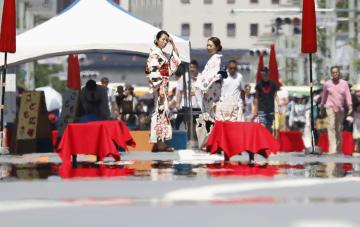 暑さが続き、道路に水があるように見える「逃げ水」が見られた東京・銀座の歩行者天国=3日午後