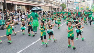 カッパをイメージしたそろいの衣装に身を包み、元気いっぱいに練り歩く子どもたち