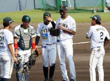 富山-滋賀 8回表のピンチにマウンドに集まるブラウン(右から2人目)ら富山ナイン=桃山