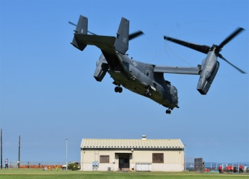 展示を終え、米海軍横須賀基地を離陸するCV22オスプレイ=3日午後2時57分
