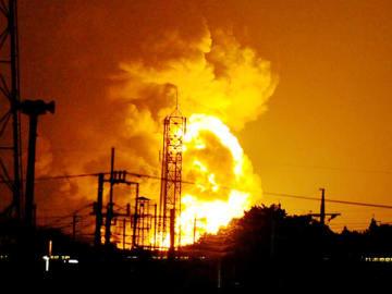 猛烈な火柱を上げるDIC工場(伊奈町小室)の火災。右手前は新幹線=3日午後8時30分ごろ、さいたま市北区吉野町の埼玉新聞本社から
