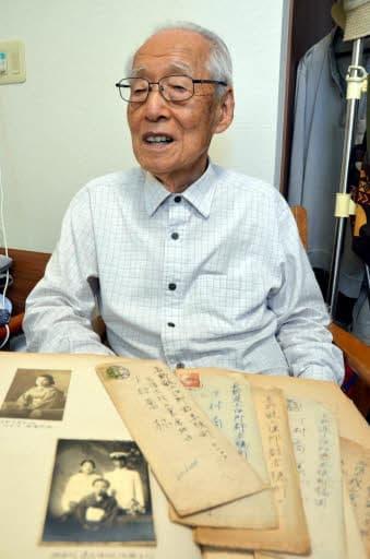 「忘れないという約束だけは果たせたでしょうか」と下村さん。当時の写真や、逸江さんとその後やりとりした手紙は今も手元に残している(三重県鈴鹿市)