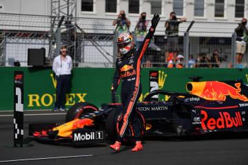 ポールポジションを獲得し、歓声に応えるレッドブル・ホンダのマックス・フェルスタッペン=3日、ブダペスト(ゲッティ=共同)