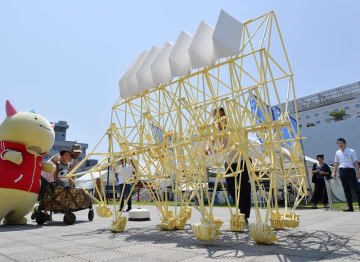 越前和紙とコラボした新作のストランドビースト=8月3日、福井県の福井市中央公園