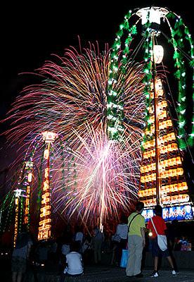 夜空を彩る大輪の花火とたてもん=魚津市諏訪町(多重露光、写真部・垣地信治)