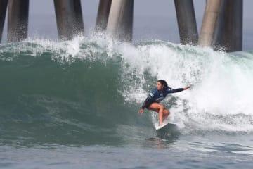 サーフィンのチャンピオンシップツアー、QS全米オープン。4回戦での前田穂乃香=3日、ハンティントンビーチ(ゲッティ=共同)