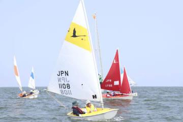 【波風を受けて帆走するヨット=津市の御殿場海岸沖合で】