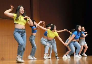 キッズダンスコンテストで元気に踊る韓国からの参加者たち=3日、熊本市