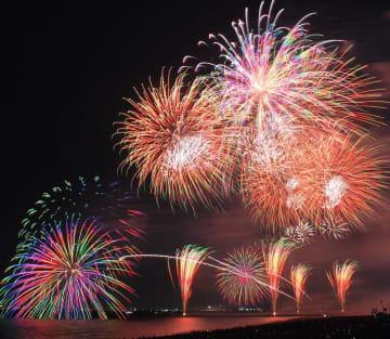 幕張の海辺を約2万3千発の花火が彩った=3日夜、千葉市美浜区