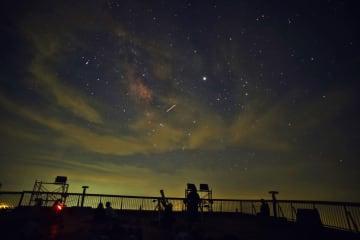 星空を楽しむ参加者=雲仙市、妙見岳駅展望台