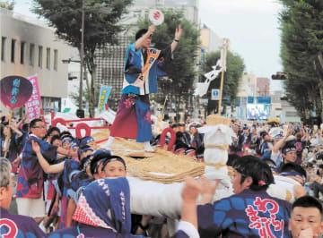 誇り 全長12メートルの大わらじと踊り手が一体となって練り歩く。日本一の大わらじは福島市民の誇りだ=3日午後6時20分ごろ