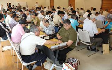 予選突破を目指し、熱戦を繰り広げる出場者=北日本新聞越中座