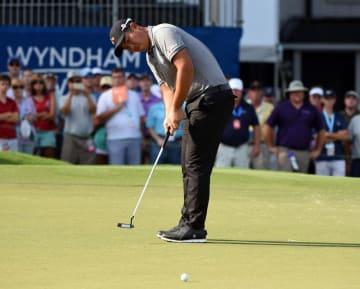米男子ゴルフのウィンダム選手権第3日、18番グリーンでパットする安秉勲=3日、グリーンズボロ(USA TODAY・ロイター=共同)