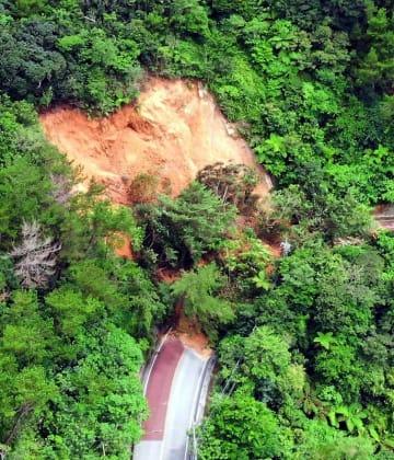 大雨で崩れた土砂にふさがれた国道331号=3日午後3時すぎ、名護市嘉陽(小型無人機で撮影)