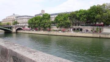 パリ・セーヌ河畔で木彫工芸展開催