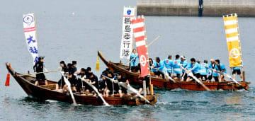 力いっぱい櫓をこぎゴールを目指す水軍レースの出場者