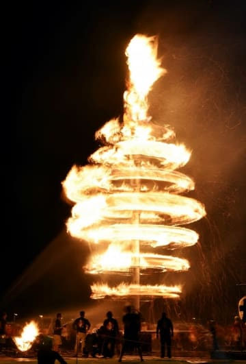 巨大たいまつの炎の渦が観衆を魅了した「スーパー大火勢」=8月3日午後8時10分ごろ、福井県おおい町成海