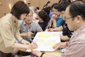 東京電力福島第1原発の廃炉に関して意見を交わすフォーラム参加者=4日、福島県富岡町