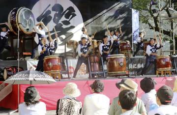 「響鼓in熊野」で和太鼓を演奏する「和太鼓響座いなせ組」=4日午後、三重県熊野市