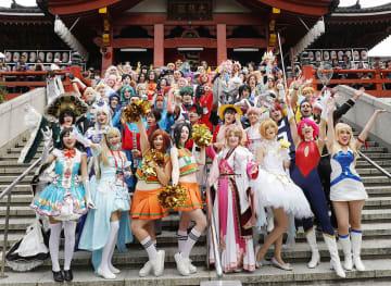 アニメなどのキャラクターに扮し、記念写真に納まるコスプレーヤーたち=4日、名古屋市