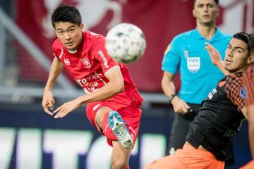 PSVアイントホーフェン戦の前半、ゴールを決めるトウェンテの中村=エンスヘーデ(ゲッティ=共同)