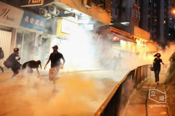 Tear gas on Queen's Road West. Photo: Stand News.
