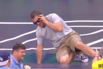 我を忘れてボールを追いかけ、苦笑いの男性ファン(画像はスクリーンショット)