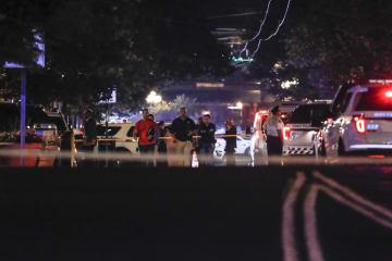4日、米オハイオ州デートンの銃撃現場を調べる警察当局(AP=共同)